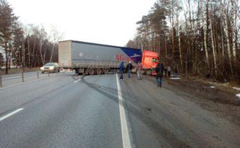 На Минском шоссе водитель фуры, протаранивший две легковушки, сбежал с места ДТП