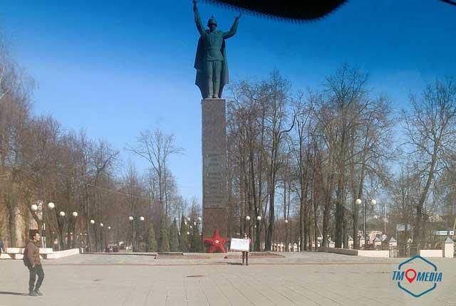 В Можайске на одиночный пикет в поддержку Волоколамска вышла девочка в розовом