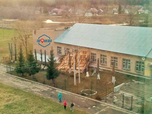 В Можайске ветер оставил школу и пятиэтажку без крыш
